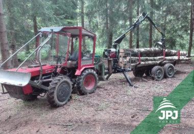 Malá hydraulická ruka Vahva Jussi 320 na vyvážecím vleku domácej výroby